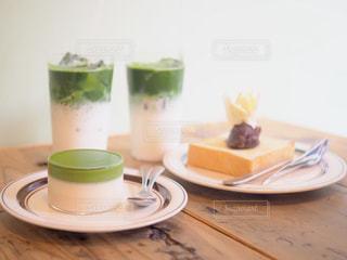 テーブルの上のコーヒー カップの写真・画像素材[1509999]