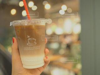 一杯のコーヒーを保持している人の写真・画像素材[1510006]