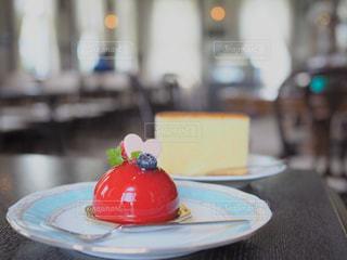テーブルの上に座って赤白と青プレートの写真・画像素材[1514076]