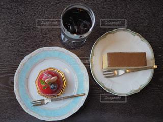 テーブルの上に食べ物のプレートの写真・画像素材[1514077]