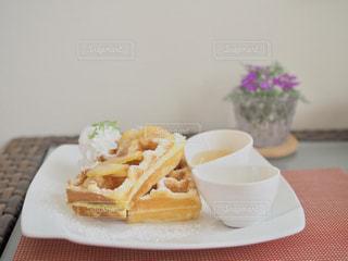 近くのテーブルの上に食べ物のプレートの写真・画像素材[1514086]
