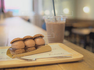 近くのテーブルの上に座っているドーナツをの写真・画像素材[1514088]