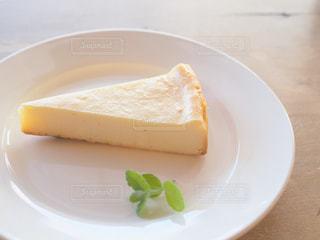 白い皿の上にパンの切れ端の写真・画像素材[1514105]
