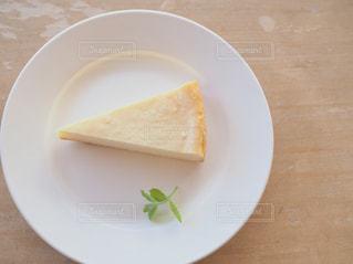 皿の上のパンの部分の写真・画像素材[1514107]