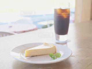 テーブルの上に食べ物のプレートの写真・画像素材[1514110]