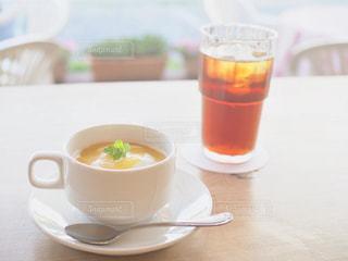 近くのテーブルにあるスープのボウルの写真・画像素材[1514112]