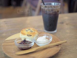 木製のテーブルの上に座ってコーヒー カップの写真・画像素材[1537808]