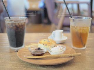 木製のテーブルの上に座ってコーヒー カップの写真・画像素材[1537812]