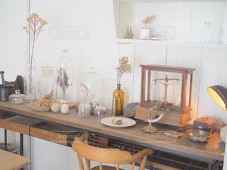 キッチン カウンター上の花瓶の写真・画像素材[1537872]
