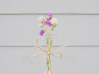 テーブルの上の花の花瓶の写真・画像素材[1537875]