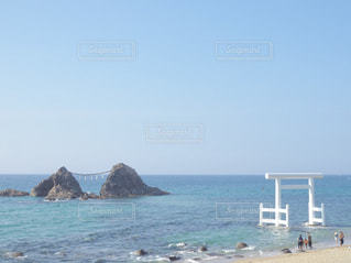 水の体の近くのビーチの人々 のグループの写真・画像素材[1537958]