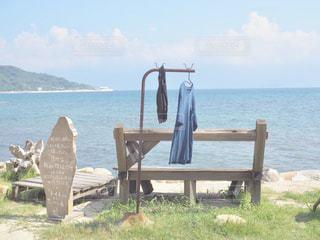 水の体の上に座っての芝生の椅子のカップルの写真・画像素材[1537980]