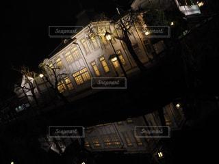 夜のライトアップされた街の写真・画像素材[1564463]