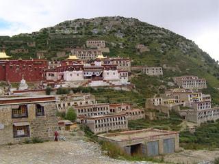 大きなレンガの背景の山と建物の写真・画像素材[1058612]