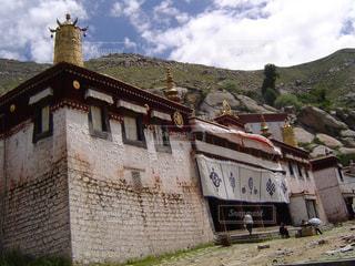 大きなレンガの背景の山と建物の写真・画像素材[1058614]