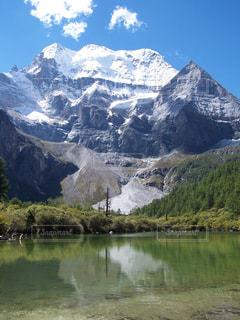 雪に覆われた山の写真・画像素材[1058648]