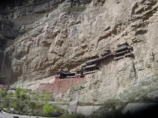 岩崖には石造りの建物の表示の写真・画像素材[1062464]