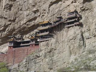 岩崖には石造りの建物の写真・画像素材[1062465]