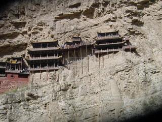 岩崖には石造りの建物の表示の写真・画像素材[1062466]