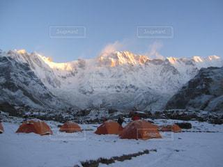 雪に覆われた山の写真・画像素材[1062747]