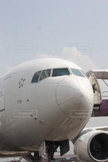 空港の滑走路の上に座って大きな旅客機の写真・画像素材[1062749]