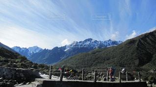山の中腹に立っている人々 のグループの写真・画像素材[1062860]