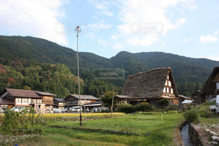 背景の山の家の写真・画像素材[1062862]