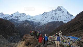 雪に覆われた山の上に立って人々 のグループの写真・画像素材[1062874]