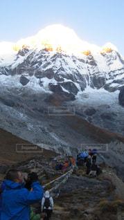 煙る山頂の雪の上の人々 のグループの写真・画像素材[1063172]
