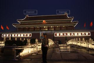 西安のドラムの塔の前に立っている男の写真・画像素材[1063227]