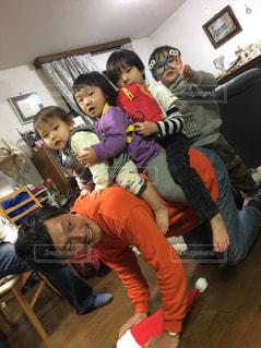 部屋に座っている幼児のグループの写真・画像素材[1064327]