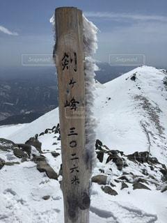 雪覆われた山の中腹にサインの写真・画像素材[1066852]