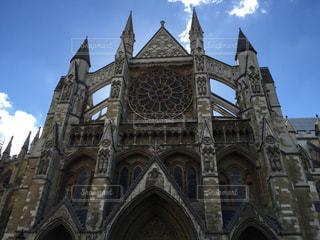 教会の前に大きい石造りの彫像の写真・画像素材[1067100]