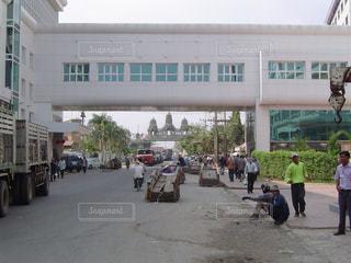 建物の前に歩く人々 のグループの写真・画像素材[1067223]