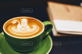 近くにコーヒー カップのアップの写真・画像素材[1059074]