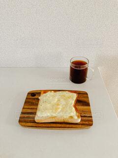 朝食のチーズトーストとコーヒーの写真・画像素材[3933484]
