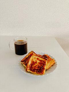 コーヒーとフレンチトーストの写真・画像素材[3933490]