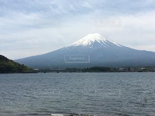 背景の富士山と河口湖の写真・画像素材[1154709]