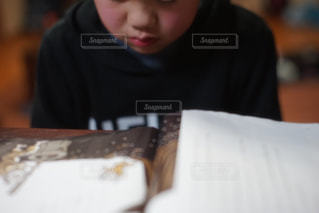 本読み中の子供 - No.1079374