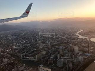 飛行機から見た福岡の街並み×夕日の写真・画像素材[1059923]