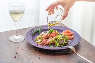 お気に入りのお皿でオーガニックサラダをの写真・画像素材[3598183]