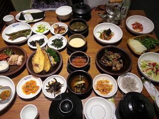 食べきれないほどの韓定食の写真・画像素材[1060499]