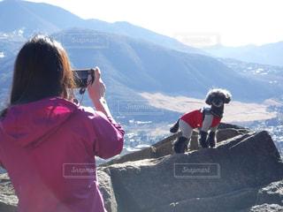 愛犬な写真を撮影する女性の写真・画像素材[1063263]