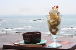 海を見ながら食べるスイーツの写真・画像素材[1067589]
