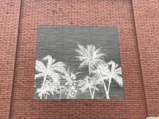 建物の側に落書きでレンガの壁の写真・画像素材[1661919]