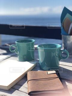 テーブルの上でコーヒーを一杯飲むの写真・画像素材[2217427]