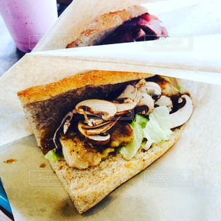 チキンとマッシュルームのサンドイッチの写真・画像素材[1060444]
