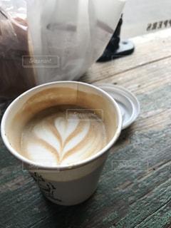 テーブルの上のコーヒー カップ - No.1060480