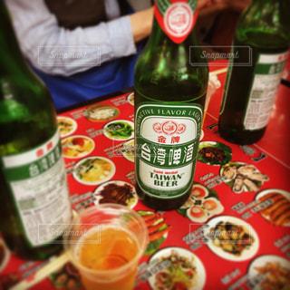 テーブルの上のビール瓶 - No.1060423
