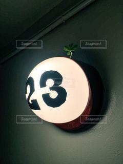 暗い部屋に小さな白いボールの写真・画像素材[1062140]